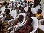 Les enfants assistent à cérémonie