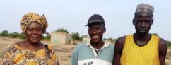 Esther Yaméogo,fondatrice de l'AVO. Awouna Kaboré, chef du village et Issa Kaboré, gardien, en charge de la pépinière.