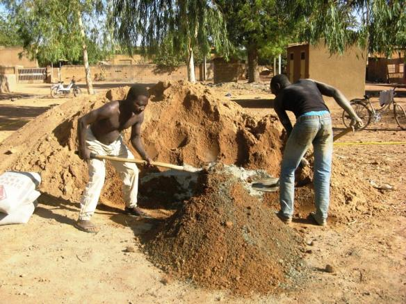 Les briquetiers utilisent le sable pour façonner les briques