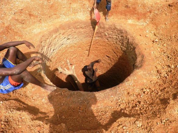 les équipes en action au début du forage du puits
