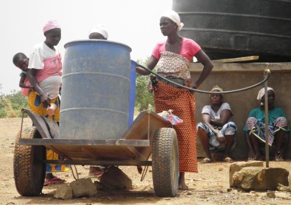 Ravitaillement en eau sur le terrain de maraichage à Doulou en attendant la fin du forage du puits